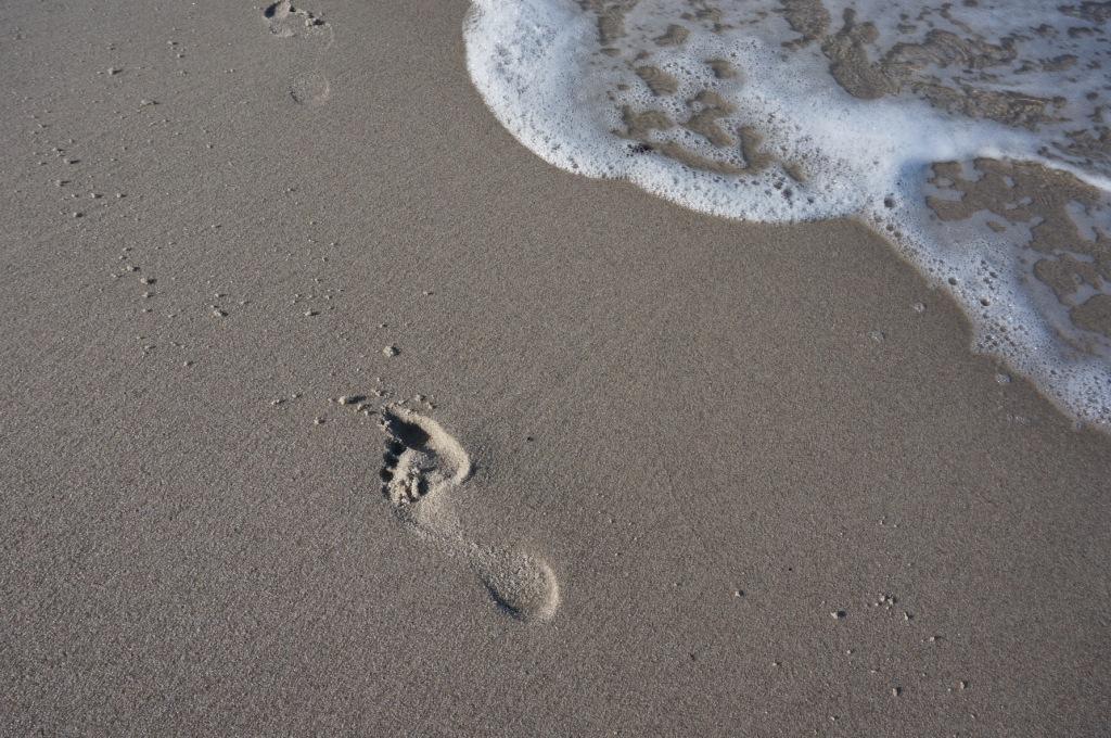 Mama-Fußabdruck am Strand
